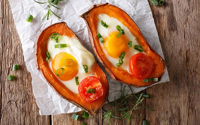 Sladki krompir z jajcem in paradižnikom